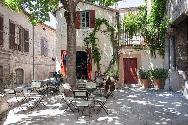 L Ouvre Boite L épicerie Du Cloitre Lovely Wine Bar In A Hidden Arles Backstreet Sip A Glass Of Wine Under The Trees And Enjoy Ti Arles Wine Bar Restaurant
