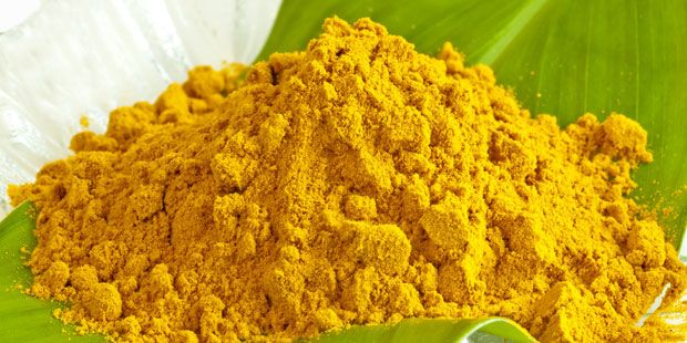 Gelbwurz (auch Kurkuma genannt) wirkt entzündungshemmend und lindert Gelenkschmerzen bei Rheuma. Zudem regt sie die Verdauung von Fetten an. Sie mildert Völlegefühl und Magen-Darm-Beschwerden wie Blähungen. Sogar eine krebshemmende Wirkung soll das gelbe Pulver haben. Tipp: Einen halben Teelöffel Kurkuma an Reis oder gekochtes Gemüse geben. Wer den würzigen, leicht bitteren Geschmack nicht mag, kann entsprechende Kapseln aus der Apotheke nehmen.