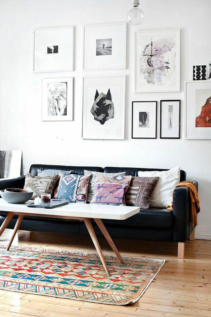 canap en cuir noir pour le salon marocain pas cher avec mur blanc et tapis color - Salon Marocain Moderne Pas Cher