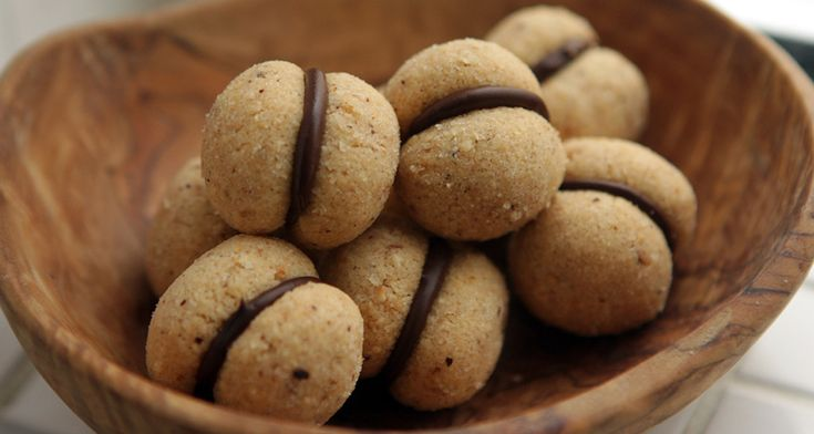 I baci di dama sono dei piccoli pasticcini originari del Piemonte e altro non sono se non due biscotti alla nocciola friabilissimi uniti da una golosa crema al cioccolato fondente.