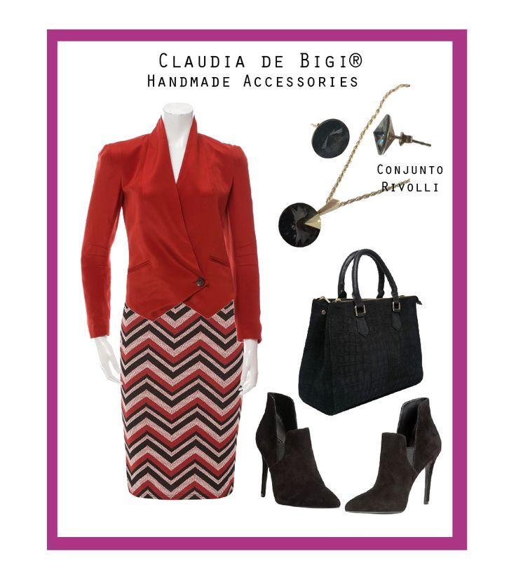 Falda pencil y chaqueta en tonos rojos, cartera y ankle boots en negro, conjunto compuesto por aros y colgante en plata 925 y cristales Swarovski. Invierno 2016