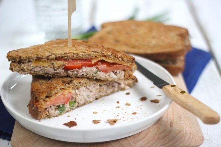 Zin in een lekkere lunch? Probeer dan eens dit recept voor een tuna melt sandwich. Een sandwich met tonijnsalade, tomaat en kaas, even onder de grill &klaar