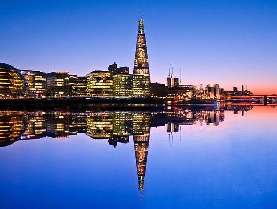 The Shard dominiert die Skyline von London bei Nacht.