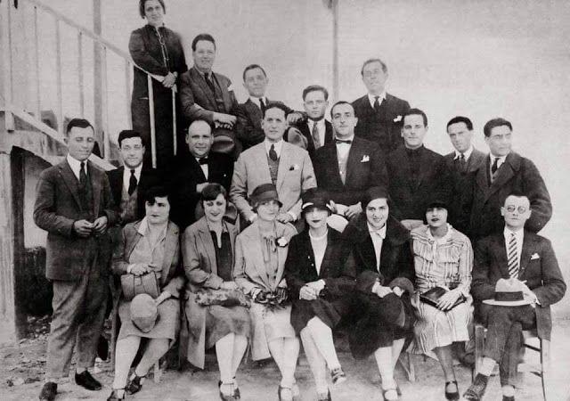 Θίασος Κοτοπούλη 1927 Ο Βασίλης Λογοθετίδης, τέταρτος από δεξιά στη δεύτερη σειρά, στο θίασο της Μαρίκας Κοτοπούλη το 1927. Δίπλα του εκ δεξιών ο Αλέξης Μινωτής. Στην πρώτη σειρά, δεύτερη από δεξιά, η Γεωργία Βασιλειάδου σε ηλικία 30 ετών, δίπλα της από αριστερά η Νίτσα Τσαγανέα και δίπλα της η Μαρίκα Κοτοπούλη.