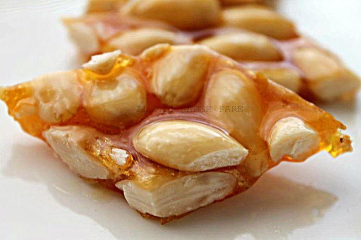 Il croccante alle mandorle è un tipico dolce natalizio ma questo non vuol dire che non si possa preparare e gustare in ogni periodo dell'anno. Il profumo della zucchero caramellato