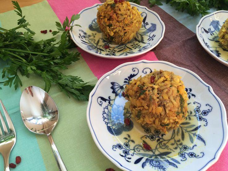 Persische Reisknödel, ein Gedicht aus Reis, Kräuter, Fleisch und Gewürzen. Außerdem erzähle ich von meinen ganz persönlichen Erebnissen aus dem Iran, die so ganz und gar nicht dem Bild entsprechen das wir von Teheran haben.