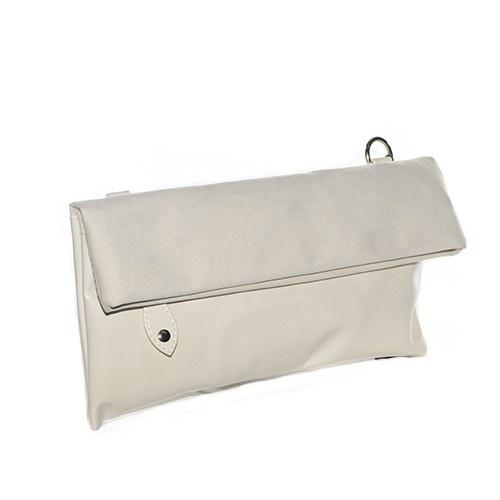 Pochette con apertura a risvolto in camoscio e vernice color panna.