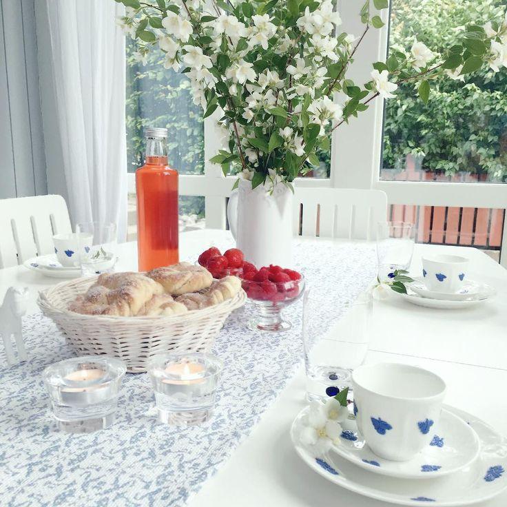 Ute är det storm men inne doftar jasmin i en salig blandning av sommarbär, kaffe som snart hälls upp i koppen och jordgubbssaft ��. Hoppas ni får en fin helg. _________________________________#freeyay #friday #sommar #sommarfika #sommarlov #jasmine #blommor #blomma #trädgård #inspo #inspiration #hemljuvahem #vackrahem #home #homestyling #instahem #finahem #finahjem #hemma #homestyling #homeinterior4you #homeinterior #vackrahem #härligt #härligthemma #jordgubbar #hallon #sockerkringla…