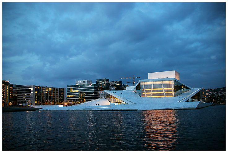 Oslo Opera House w wersji wieczornej. A za nią  nowoczesne biurowce Opera Kvarteret.
