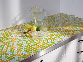 Träger der Mosaik-Küchen-Arbeitsplatte ist das schon bekannte Kerdi-Board, das ohne vorherige Grundierung oder Haftverbesserung verfliest werden kann. Um die Hartschaumkante zu verdecken, hat der Hersteller Edelstahlprofile im Programm, die nur auf die Platte aufgeschoben und mit verklebt werden. Für normale Mosaikfliesen reicht ein normaler Flexkleber.