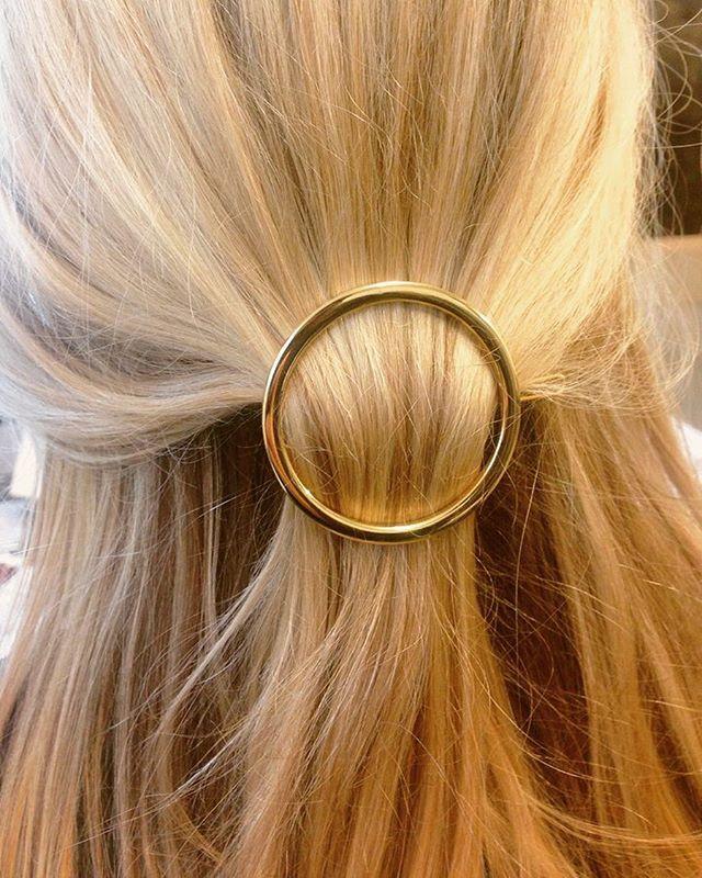 Har I set vores super fine power hårspænder? De kan redde en dårlig hårdag ❤️ De findes i guld og sølv! Pris: 75 kr. #mosscopenhagen #hårspænde #dårlighårdag #power