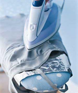Folha de alumínio como removedor de rugas - Para ter rugas de seda, lã e viscose roupas que não podem tomar o calor direto, coloque um pedaço de papel em sua tábua de passar, em seguida, coloque a peça plana sobre ele. Com o botão de vapor para baixo, passar a ferro 3-4 polegadas sobre o tecido várias vezes. Úmido calor que irradia da folha ajuda rugas suaves.