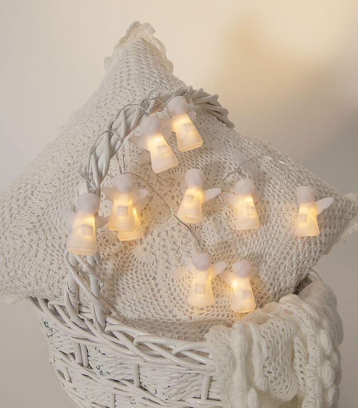 Dekorativ lysslynge med søte, hvite engler som er fin til å pynte opp hjemmet til jul. Lysslyngen er batteridrevet og har 10 LED lyskilder. Den har også timer som gjør at du slipper å skru den på og av hele tiden.