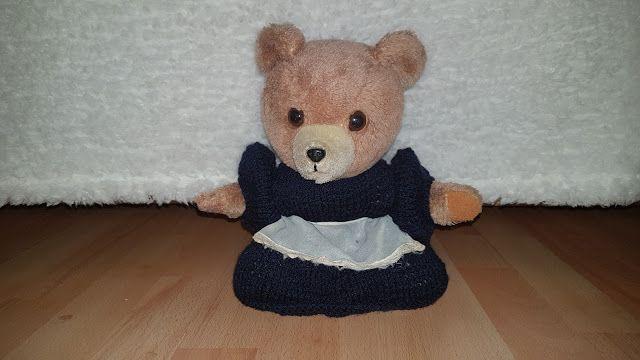 Het verpleegstersuniform van Rozemarijntje. Het gratis patroon is te vinden op: hethandwerkpaleis.blogspot.nl