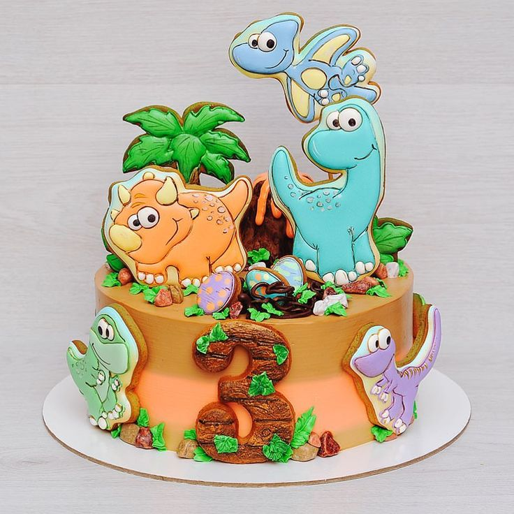 """Доброе утро! Покажу тортик для любимца динозавриков Внутри торт """"Сникерс """": воздушный и нежный шоколад бисквит, хрустящая прослойка из молочного шоколада и вафли, 2 вида крема: сливочный и арахисовый, цельный арахис, домашняя солёная карамель... Сверху кремчиз, расписные пряники (глазурью), доп. декор!☺️ Ну и конечно вулканчик ! Полностью съедобный!☝ Вес без декора 3 кг., с декором около 4,5 кг! Диаметр 23 см. _______________________________ По всем вопросам просьба писать в Wh..."""