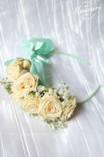 opaska ślubna ozdobiona kwiatami i miętową wstążką