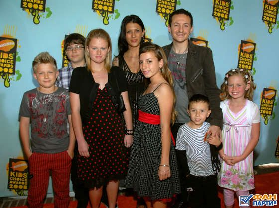 Chester Bennington with his wife, and 6 children!