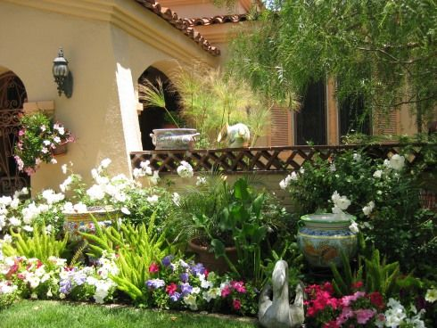 Small flower gardens – It is typical when you start a flower garden to think of the final result. You look at your yard and see flourishing bushes and tall flowers waving elegantly in the wind.