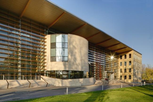 Co powstanie z połączenia budynku z kwiatem? Tulipan House. Zaprojektowany przez pracownię E Architects biurowiec na planie nawiązującym kształtem do kielicha tulipana stoi na warszawskim Służewcu. Jego oficjalne otwarcie miało miejsce we wrześniu 2008 r., a na początku czerwca tego roku obiekt został wyróżniony w czwartej edycji międzynarodowego konkursu 20+10+X World Architecture Community Awards. Więcej na: http://sztuka-architektury.pl/index.php?ID_PAGE=20405