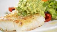Stekt torsk med guacamole og råstekte grønnsaker