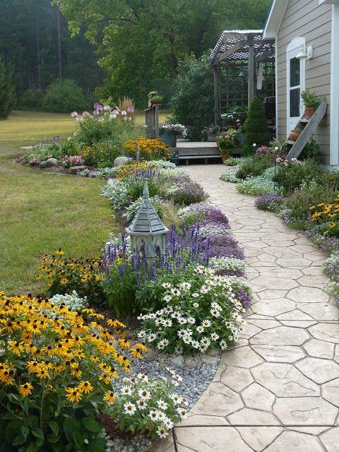 Sue's Garden Journal- idée d'aménagement paysager future plate bande le long du trottoir.