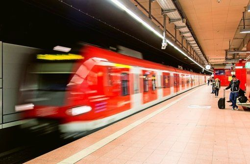 Zwischen Bad Cannstatt und Sommerrain S-Bahn-Störung an drei Stopps Von SIR 25. Januar 2015 - 11:49 Uhr  Wegen einer Weichenstörung an der Nürnberger Straße entfielen am Sonntagmittag eine Zeit lang die Haltestellen Bad Cannstatt, Sommerrain und Nürnberger Straße. http://www.stuttgarter-zeitung.de/inhalt.zwischen-bad-cannstatt-und-sommerrain-s-bahn-stoerung-an-drei-stopps.935e1b40-8aba-4525-9710-1c22f5ba3b84.html