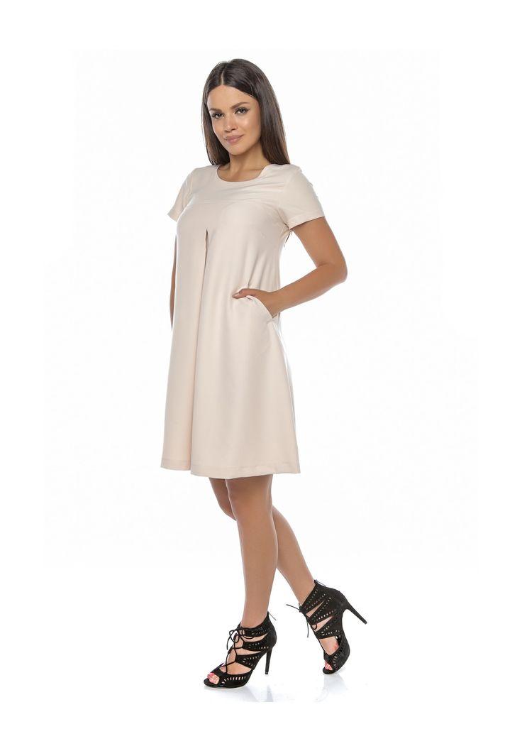 Rochie confecționată din jerseu, pe o croială largă, în formă de A. Are mânecă scurtă, iar pe mijlocul părții din față prezintă o cută adâncă, care avantanjează orice fel de siluetă. Este lejeră și comodă și prezintă 2 buzunare laterle.