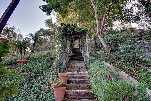 ГОЛЛИВУДСКИЕ ХОЛМЫ Дом, приобретенный Джонни Деппом для Ванессы Паради и их двух детей, расположен в восточной части Голливуд-Хиллс на Малхолланд Драйв, в одном из самых престижных районов Голливуд