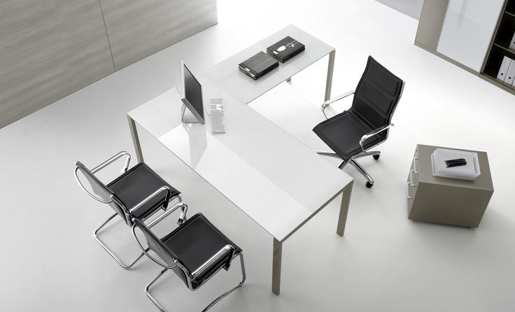 """L'eleganza senza tempo e la """"morbidezza"""" del vetro bianco consentono a Tecnotelai di inserire le scrivanie della linea Minimalista in qualsiasi spazio ufficio."""