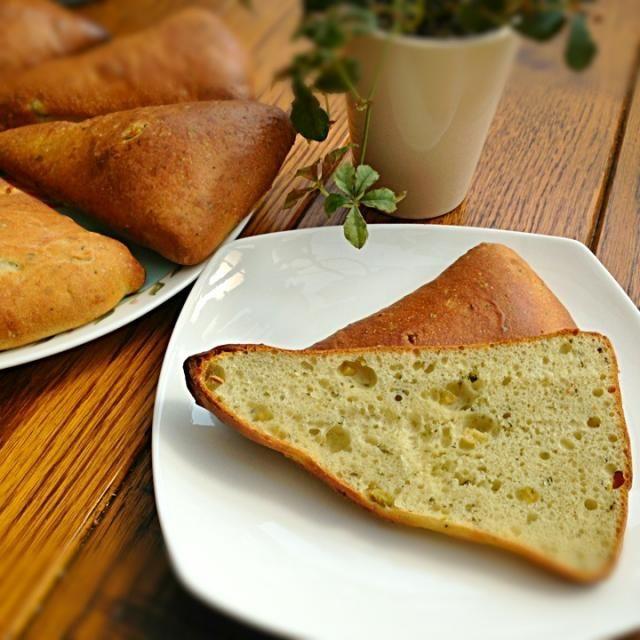 バジルペーストとオリーブを練り込んだパン   パン教室で習い、復習で作ってみました⑅❛ั◡❛ั⑅  少し塩味のあるパンでサンドイッチにしてもいい、美味しいパンです❤ - 128件のもぐもぐ - バジル&オリーブパン by junjun
