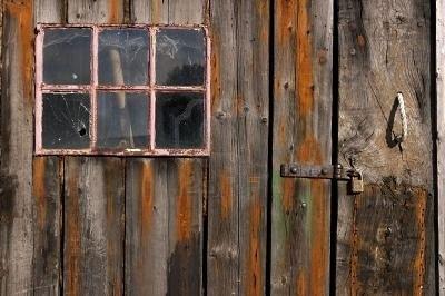 Google Afbeeldingen resultaat voor http://us.123rf.com/400wm/400/400/gynane/gynane0508/gynane050800078/227994-oud-verweerd-en-versleten-houten-planken-met-deur-en-roze-omlijst-venster.jpg