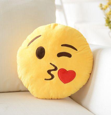 K*Waii Regalitos Frikis y Divertidos - Cojín Emoji Kiss http://www.regalitolindo.cl/product/168804/cojin-emoji-kiss