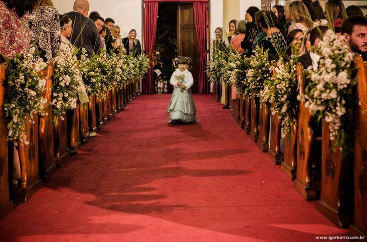 Decoração no corredor entre bancos na igreja.   flores brancas   white flowers