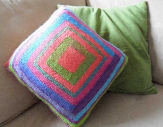 #51 Poef-hoes breien; bovenkant wil ik zó! (maar dan natuurlijk grijs / creme / rood / geel / groen / turquoise strepen)