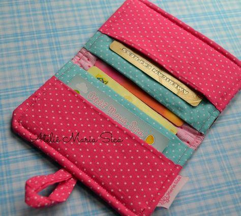 Olá!!!     Uma carteira, porta cartões que é uma doçura!!!     Quando vi esse maravilhoso passo a passo da carteira de patchwork da...