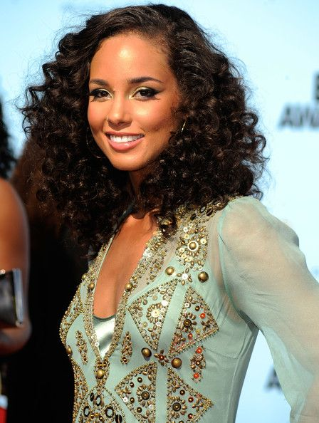 This may be an oldie, but Alicia Keys looks flawless! Want to give Alicia's curls a try? We have Virgin Deep Curl Remy extensions that are perfect for this look! http://www.arreischeveux.com/collections/weft-extensions/brazilian+virgin+deep-curl
