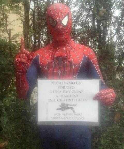 Spider-Man porta un sorriso ai bambini del Centro-Italia Si chiama Spiderman e con tanto di tuta aderente porta in giro un po' della sua energia, un po' del suo tempo per ascoltare chi ha voglia di sfogarsi, un piccolo gesto di solidarietà per scaldare i c #terremoto #spider-man #regionemarche