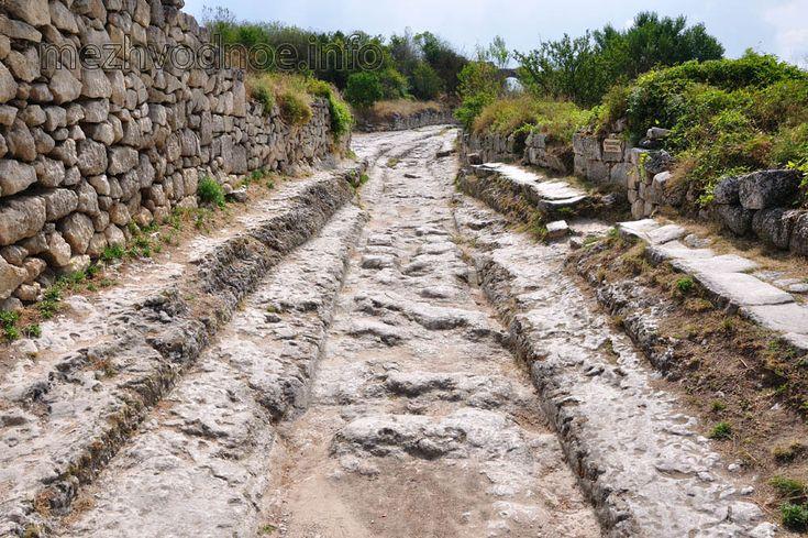 центральная дорога города - многовековая каменная колея