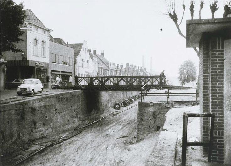 De demping van de haven gezien in de richting van het suikerfabriek. Links de winkel van Matthee, boekhandel Geleijns en verder de Noordhaven 1970