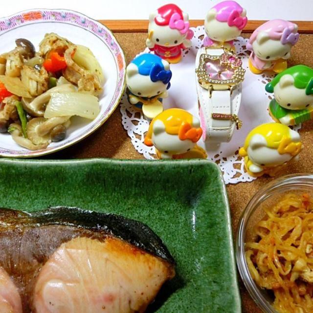 鰤は大きめの厚いのが焼いても、柔らかく美味しい。ミニ帆立の野菜炒めは中華風の味付けで、美味しい。  切干し大根は、前までは嫌いで食べなかったが、食べてみると美味しかった。  妻の腕が上がったのか、私の舌が味がわかるちょっと良い舌になったのか。 - 126件のもぐもぐ - 鰤 ミニ帆立の野菜炒め  切干し大根 by hiroshikimDeU