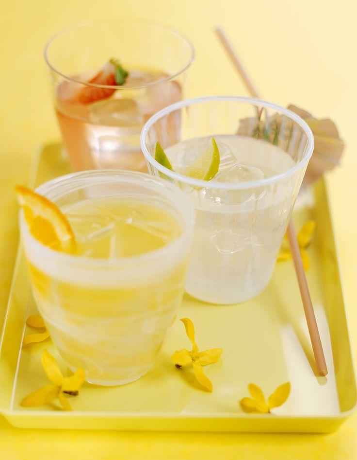 Recette Cocktail Martini frappé : Dans un verre, pilez le citron et l'orange. Ajoutez le Martini et de la glace pilée jusqu'en haut du verre. Servez immédiatement....