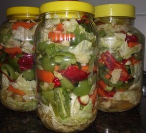 MALZEMELER 1 adet küçük beyaz lahana, 10-15 adet sivri biber, 4-5 adet kırmızı biber, 250 gr taze fasulye, 3-4 adet yeşil domates, 8-10 adet salatalık veya kornişon turşu, 2-3 adet havuç, 1 adet küçüğünden karnabahar, Yarım su bardağı ayıklanmış sarımsak, Yarım su bardağı nohut, 1 adet limon. Turşu suyu için; 1-2 çorba kaşığı limon tuzu,…