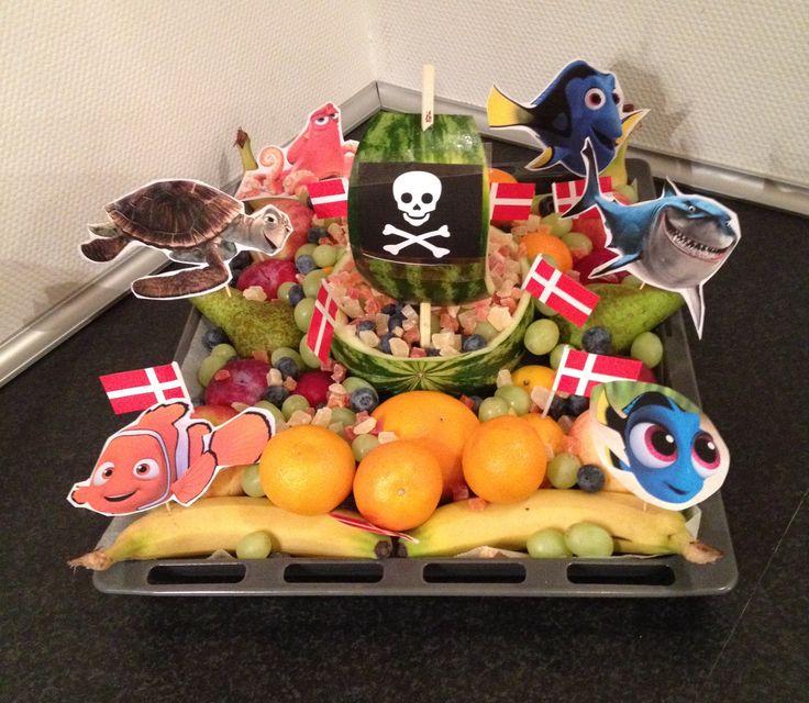 Frugtskib. Skær en melon midt over, brug resterne til sejl og evt en planke. Pynt med evt fisk - såsom Nemo og Dory - print ud og klip ud og sæt det hvor man vil. Anvend det frugt man nu synes om og lig det rundt omkring og nede i skibet. Kan bruges til fx børnefødselsdag.