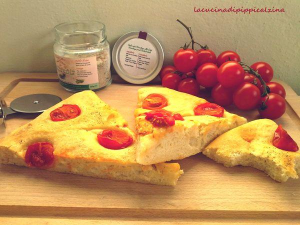Focaccia al farro con pomodorini pachino e sale rosa,davvero molto soffice e delicata con soli 40 minuti di lievitazione,con del lievito secco,teglia da 35