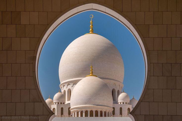 Grande Mesquita Sheikh Zayed - Abu Dhabi <br />É uma belíssima obra da arquitetura islâmica.  Inaugurada em 2007 e nomeada em homenagem ao falecido Sheikh Zayed Bin Sultan Al Nahyan, o fundador dos Emiratos, que também se encontra enterrado no pátio externo mesquita.  Tudo a respeito da mesquita e dos seus arredores encanta por tanta beleza. <br />Considerada a oitava maior mesquita do mundo com capacidade de acomodar 40,000 fiéis.  Suas reluzentas 80 cúpulas brancas e seus 4 minaretes…