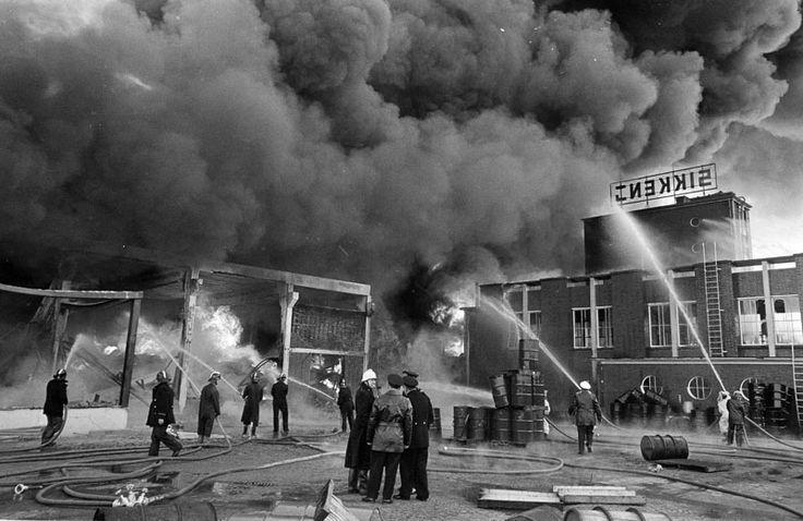 Brand in Sikkens-lakfabriek, maart 1968. (foto: ANP).