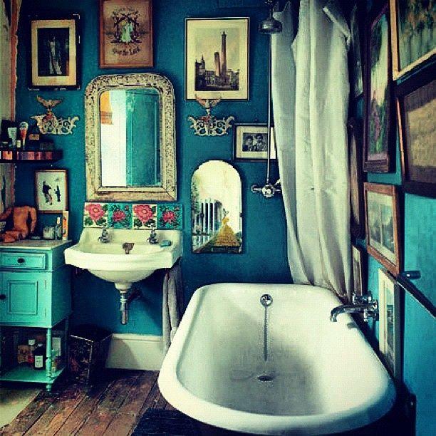 Salle de bain décoration façon bohème avec cadres et pastel