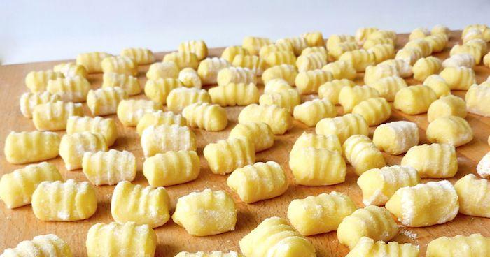 """Gnocchi di patate dal libro """"Accademia Montersino"""" e pesto di rucola."""