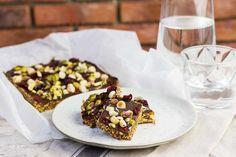 Recept voor gepofte quinoa bars voor 4 personen. Met bakpapier, pure chocolade, hazelnoot, amandel, quinoa, dadels, gedroogde cranberry en Kokosolie
