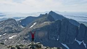 DE SYV SØSTRE: Fjellformasjonen på øya Alsten er synlig på Helgelandskysten. Toppene er Botnkrona (1072 moh.), Grytfoten (1019 moh.), Skjæringen (1 037 moh.), Tvillingene (945 og 980 moh.), Kvasstinden (1010 moh.) og Breitinden (910 moh.)